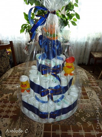 Делала племянникам на именины. На торт ушло 73 памперса, 4 м атласно ленты, бусины и резиновые игрушки-пищалки для украшения.