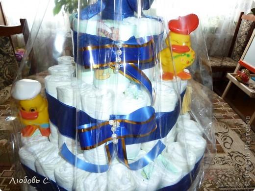 Делала племянникам на именины. На торт ушло 73 памперса, 4 м атласно ленты, бусины и резиновые игрушки-пищалки для украшения. фото 2