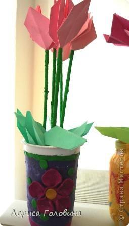 Такие цветы пробовали сделать с второклассниками. Для настоящего цикламена стебли получились длинноваты, а листья маловаты. Вазы дети сделали заранее, дома. фото 2