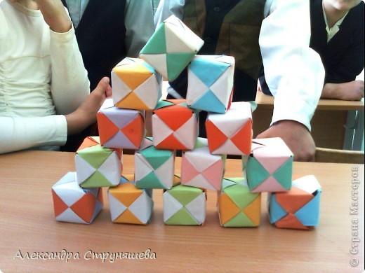 """Сегодня мы сделали это! Сложили на уроке кубы. Помогла детям вырезать одинаковые квадраты из бумаги, а всё остальное делали под руководством """"пошагово"""". Кажется неплохо получилось!  фото 1"""