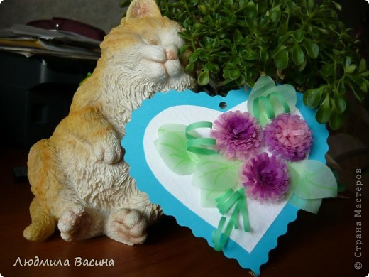 Рыжий, сонный котик с весенним настроением в сиреневых тонах. фото 1