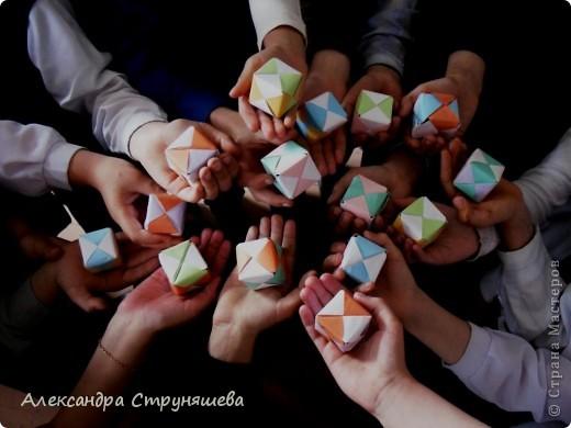 """Сегодня мы сделали это! Сложили на уроке кубы. Помогла детям вырезать одинаковые квадраты из бумаги, а всё остальное делали под руководством """"пошагово"""". Кажется неплохо получилось!  фото 2"""