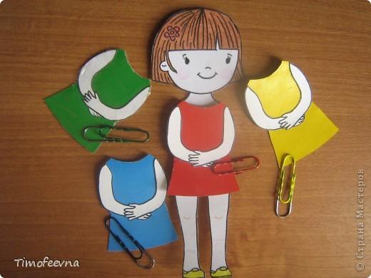 Здравствуйте, дорогие гости моего блога!! Я расскажу вам как мы с дочей начали изучать основные цвета: красный. синий, жёлтый и зелёный. А делаем мы это с помощью бумажной куклы. фото 5