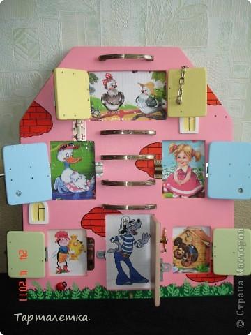 Решили с мужем сделать вот такой домик для доченьки на развитие мелкой моторики. Картинки можно менять, что не даёт угаснуть интересу малыша. фото 1