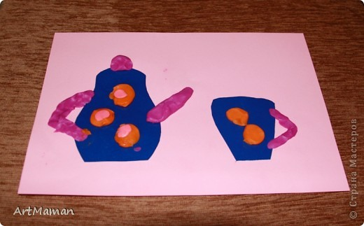 Смородинка. Делали с деткой (1 г. 9 мес.). Деть мазала клеем и лепила листочки (вырезала все мама). Вместе катали шарики из пластилина (ягодки) и колбаски (веточки). Я подсказывала, куда нужно прилепить ягодки. Надо признаться, делали два дня. Сначала листочки приклеили и одну веточку ягод начали и... надоело. Через день вернулись и доделали.  фото 8