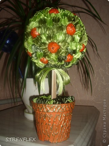 Моя свекровь, будучи у меня в гостях, увидела мое первое атласно-апельсиновое дерево http://stranamasterov.ru/node/164804 - захотела себе такое же на день рождения!!! Вот оно и получилось! Сделала я его еще к 7 апреля, а вот только выставила... фото 9