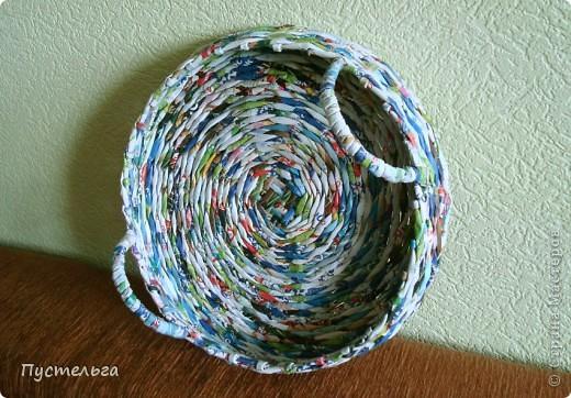 Как в сказке - уж вся комната полна плетёнок, уж и в прихожей плетёнки, и на крыльце плетёнки, и на улице плетёнки, а она всё плетёт и плетёт... Это для учителя ИЗО фото 2
