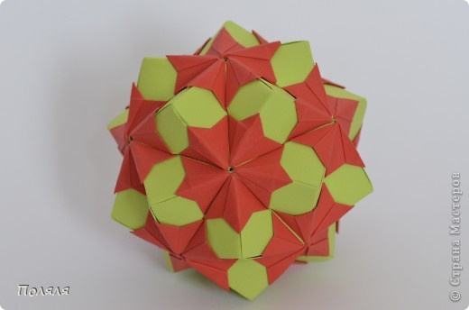 Мой маленький эксперимент. Все четыре кусудамы сделаны из бумажек размером 5,2*5,2см, собраны без клея, держаться отлично. Правые три - один рисунок. фото 7