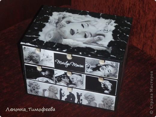 Комод любимой подружке. Она фотограф - поэтому черно-белое, обожает Мерлин Монро. Вторая работа по декупажу. Первая была бутылочка. Тоже выложу. фото 4