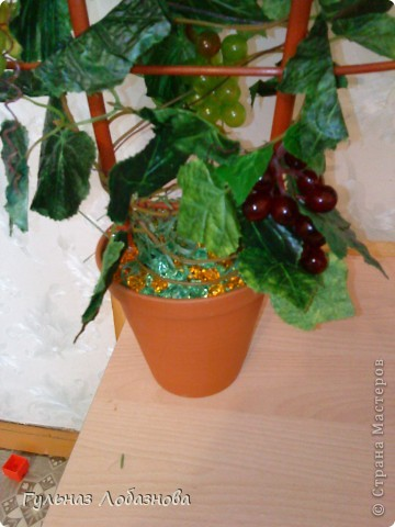 Очень захотелось сделать виноградные деревья и не знала из чего,купила магнитики виноградинки и искусственные листья фото 4