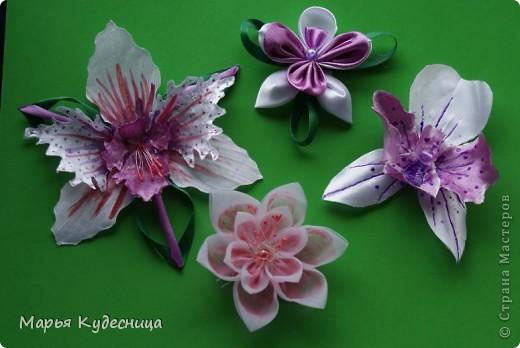 Кто просматривает мои работы, знает, что последней заказчице не понравилась моя кувшинка с бусиной по центру. И орхидея как потом оказалась нужна была с сиреневым оттенком , а не розовым. Вот я и натворила разных орхидей на выбор и новую кувшинку. фото 1