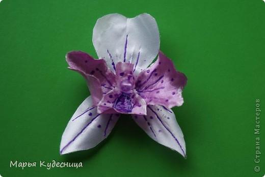 Кто просматривает мои работы, знает, что последней заказчице не понравилась моя кувшинка с бусиной по центру. И орхидея как потом оказалась нужна была с сиреневым оттенком , а не розовым. Вот я и натворила разных орхидей на выбор и новую кувшинку. фото 2