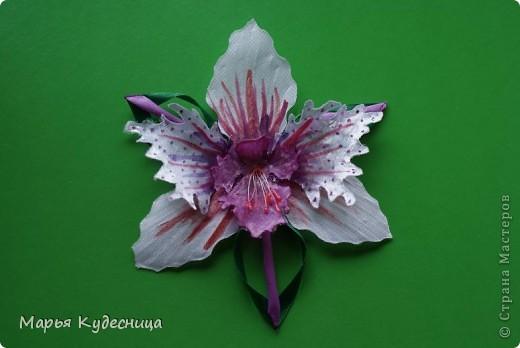 Кто просматривает мои работы, знает, что последней заказчице не понравилась моя кувшинка с бусиной по центру. И орхидея как потом оказалась нужна была с сиреневым оттенком , а не розовым. Вот я и натворила разных орхидей на выбор и новую кувшинку. фото 3