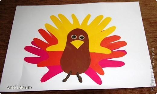 """Наши с дочей вариации на тему """"Птички из ладошек"""". """"Павлин"""". Совместное с дочкой (в 1 г. 8 мес.) творчество. Делали в детском центре в два этапа:  1) припечатывали перемазанные пальчиковыми красками ладошки на белые листы бумаги; 2) когда отпечатки ладошек высохли (на следующем занятии), приклеивали вырезанные ладошки, лепили тело из пластилина и украшали блестками.  фото 5"""