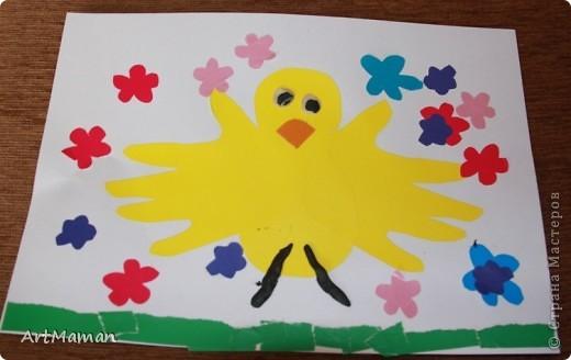 """Наши с дочей вариации на тему """"Птички из ладошек"""". """"Павлин"""". Совместное с дочкой (в 1 г. 8 мес.) творчество. Делали в детском центре в два этапа:  1) припечатывали перемазанные пальчиковыми красками ладошки на белые листы бумаги; 2) когда отпечатки ладошек высохли (на следующем занятии), приклеивали вырезанные ладошки, лепили тело из пластилина и украшали блестками.  фото 2"""