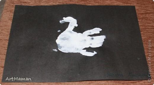"""Наши с дочей вариации на тему """"Птички из ладошек"""". """"Павлин"""". Совместное с дочкой (в 1 г. 8 мес.) творчество. Делали в детском центре в два этапа:  1) припечатывали перемазанные пальчиковыми красками ладошки на белые листы бумаги; 2) когда отпечатки ладошек высохли (на следующем занятии), приклеивали вырезанные ладошки, лепили тело из пластилина и украшали блестками.  фото 3"""