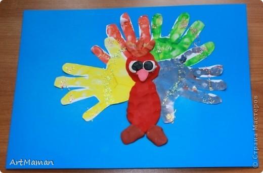 """Наши с дочей вариации на тему """"Птички из ладошек"""". """"Павлин"""". Совместное с дочкой (в 1 г. 8 мес.) творчество. Делали в детском центре в два этапа:  1) припечатывали перемазанные пальчиковыми красками ладошки на белые листы бумаги; 2) когда отпечатки ладошек высохли (на следующем занятии), приклеивали вырезанные ладошки, лепили тело из пластилина и украшали блестками.  фото 1"""