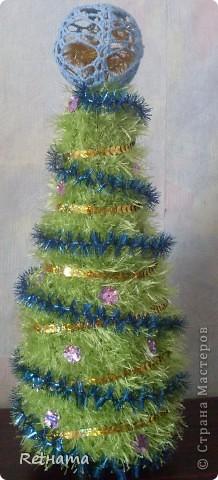 Конусная  елка  одета на бутылку, как говорится и в пир и в мир:  хоть на  стол, хоть на подарок. фото 1