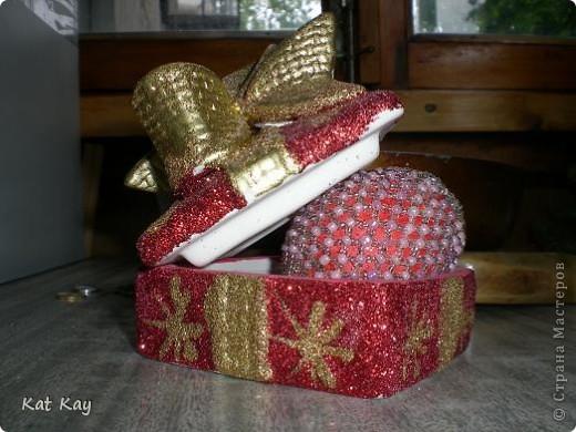 Давняя работа.Просто яйцо.Основа деревянная,покрашена красной краской и блестками. фото 3