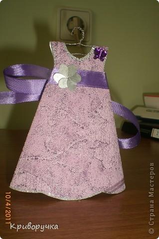 Еще одно платье. Основа -обыкновенные обои, моей  тети! фото 1