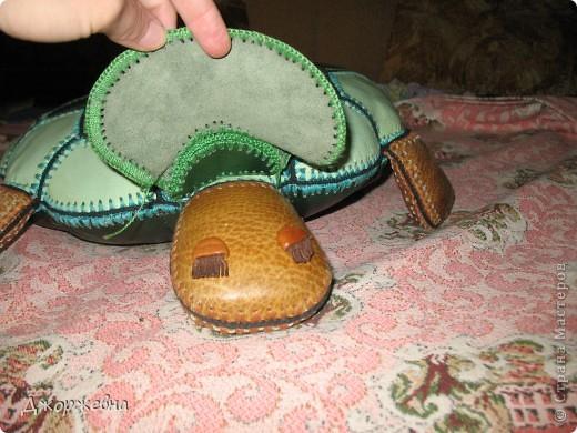 Черепашка из кожаных фрагментов, обвязанных крючком фото 2