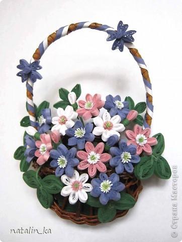 Дорогие жители Страны мастеров! Сегодня хочу вам подарить корзинку с моими любимыми первоцветами - печеночницей благородной. Продолжая изучать весенние цветочки, я наткнулась на фото с дивными сиренево-голубыми веселыми крошками. В природе я такие увидить не надеялась и вообще считала, что растут они южнее, и решила сделать их себе в квиллинге. И вот моя первая мечта осуществилась. фото 1