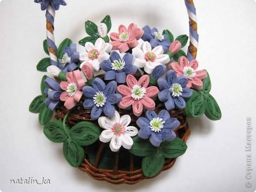 Дорогие жители Страны мастеров! Сегодня хочу вам подарить корзинку с моими любимыми первоцветами - печеночницей благородной. Продолжая изучать весенние цветочки, я наткнулась на фото с дивными сиренево-голубыми веселыми крошками. В природе я такие увидить не надеялась и вообще считала, что растут они южнее, и решила сделать их себе в квиллинге. И вот моя первая мечта осуществилась. фото 2