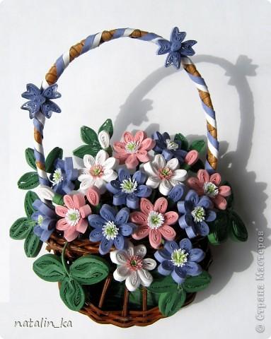 Дорогие жители Страны мастеров! Сегодня хочу вам подарить корзинку с моими любимыми первоцветами - печеночницей благородной. Продолжая изучать весенние цветочки, я наткнулась на фото с дивными сиренево-голубыми веселыми крошками. В природе я такие увидить не надеялась и вообще считала, что растут они южнее, и решила сделать их себе в квиллинге. И вот моя первая мечта осуществилась. фото 5