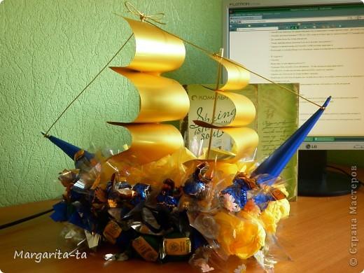 Вот такой вкусный кораблик,сотворила вчера ночью,свёкру на ДР))))Материал Конфеты 2-х видов,обёрточная бумага,и салфетки.Надеюсь понравится.Первый опыт)))) фото 5