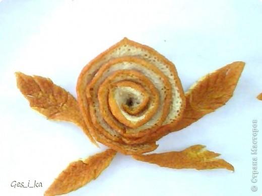 наконец-то купила апельсин, а он оказался толстокорый, поэтому покажу как сделать спиральную розу и ромашку (а также некоторые другие детальки) из апельсиновой корки фото 16