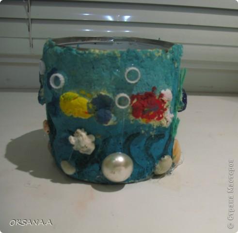 """Вот такую карандашницу сделала моя старшая дочка Валерия. Банку из-под кукурузы обклеила массой из рваных салфеток и клея ПВА, сделала объемных рыбок, раскрасила акварельными красками и украсила ракушками и бусинами. Получилась карандашница """"Подводный мир"""".  фото 3"""
