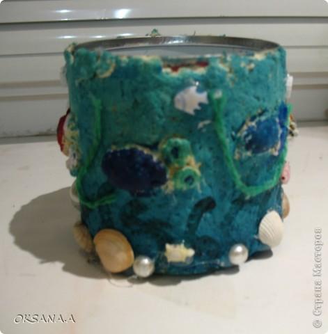 """Вот такую карандашницу сделала моя старшая дочка Валерия. Банку из-под кукурузы обклеила массой из рваных салфеток и клея ПВА, сделала объемных рыбок, раскрасила акварельными красками и украсила ракушками и бусинами. Получилась карандашница """"Подводный мир"""".  фото 4"""