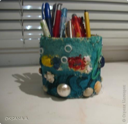 """Вот такую карандашницу сделала моя старшая дочка Валерия. Банку из-под кукурузы обклеила массой из рваных салфеток и клея ПВА, сделала объемных рыбок, раскрасила акварельными красками и украсила ракушками и бусинами. Получилась карандашница """"Подводный мир"""".  фото 1"""