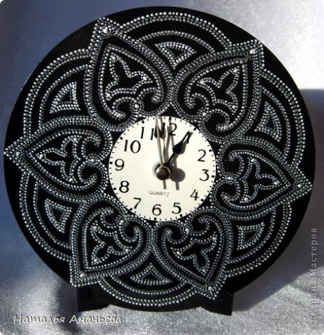 Продолжаю осваивать контурную роспись. Придумались часы. Использовала: CD-диск, черная акриловая краска для фона, контуры: серебро, белый-перламутровый, серый, лак глянцевый. фото 2