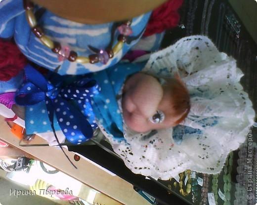 Кукла была сделана на бутылке,долго стояла недоделаной(чего-то не хватало),и вот связала ей шаль ,а в руки младенца-как тут и было!!! фото 3