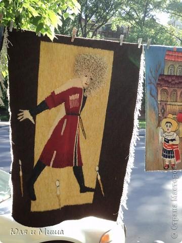 Вчерашняя наша прогулка пролегала через улицу усеянную работами грузинских мастеров. Все это не только можно посмотреть и сфотографировать, но и купить. Первое фото - пекарь за работой! фото 18