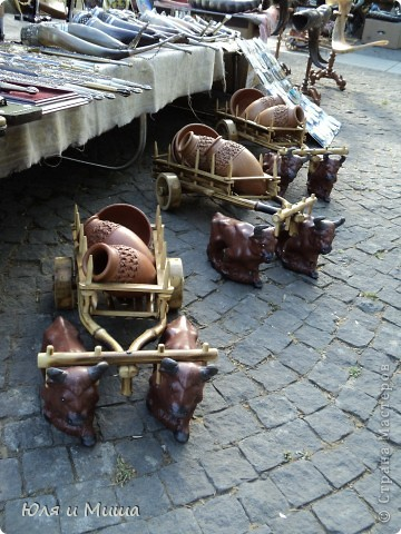Вчерашняя наша прогулка пролегала через улицу усеянную работами грузинских мастеров. Все это не только можно посмотреть и сфотографировать, но и купить. Первое фото - пекарь за работой! фото 20