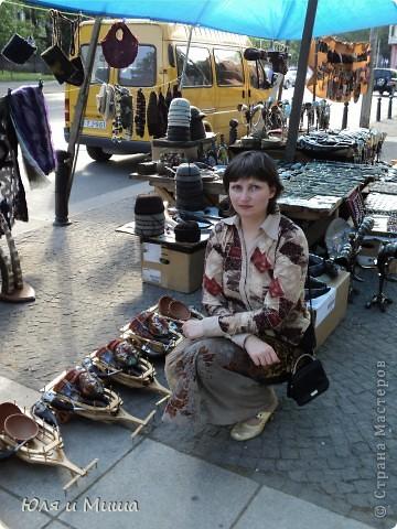Вчерашняя наша прогулка пролегала через улицу усеянную работами грузинских мастеров. Все это не только можно посмотреть и сфотографировать, но и купить. Первое фото - пекарь за работой! фото 21