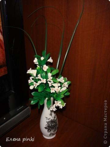 очень легкий в выполнении букетик!! слепила из фарфора самые простые цветочки и вплела их в искусственную зелень... фото 1