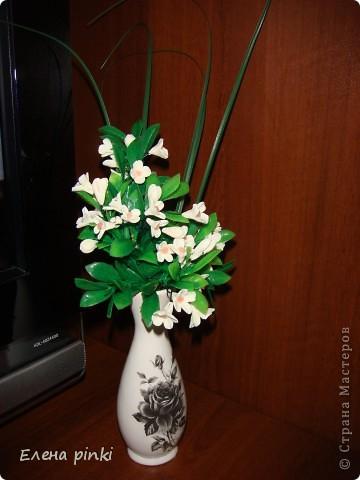 очень легкий в выполнении букетик!! слепила из фарфора самые простые цветочки и вплела их в искусственную зелень... фото 3