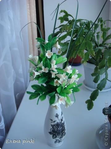 очень легкий в выполнении букетик!! слепила из фарфора самые простые цветочки и вплела их в искусственную зелень... фото 2