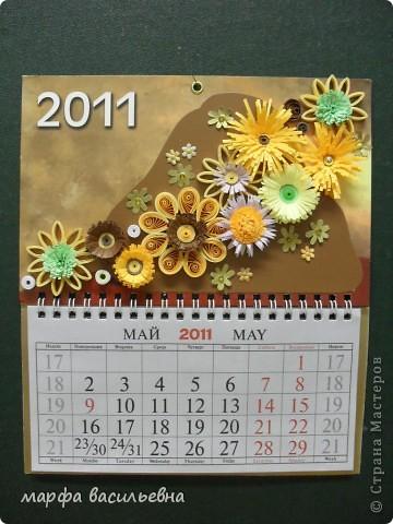 У меня был  трехэтажный календарь.Я его разделила на части,две из которых украсила по -своему.Фон заклеила коричневым картоном частично и наклеила свои любимые цветочки. фото 2