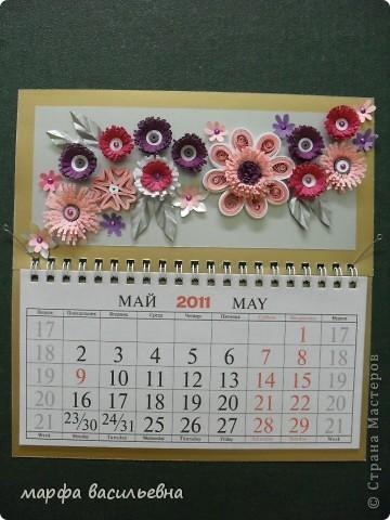 У меня был  трехэтажный календарь.Я его разделила на части,две из которых украсила по -своему.Фон заклеила коричневым картоном частично и наклеила свои любимые цветочки. фото 3