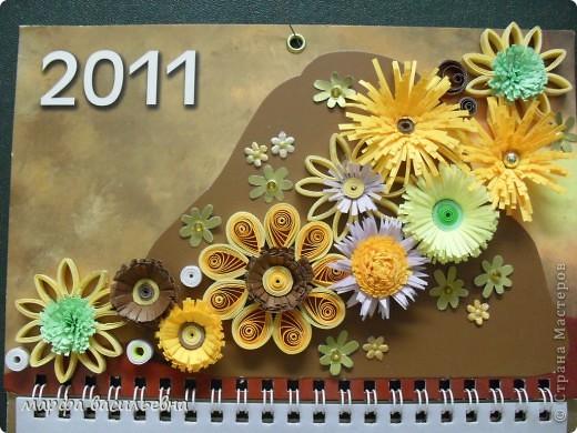 У меня был  трехэтажный календарь.Я его разделила на части,две из которых украсила по -своему.Фон заклеила коричневым картоном частично и наклеила свои любимые цветочки. фото 1