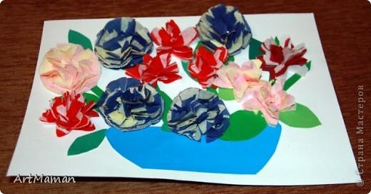 Цветы из бумажных салфеток (розовых и белых). Цветы делала заранее, но клеила их дочка (1,5 года) по своему усмотрению. Лучики солнца из пластилина. фото 4