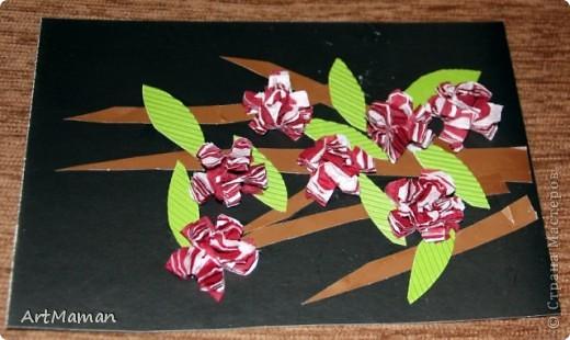 Цветы из бумажных салфеток (розовых и белых). Цветы делала заранее, но клеила их дочка (1,5 года) по своему усмотрению. Лучики солнца из пластилина. фото 3
