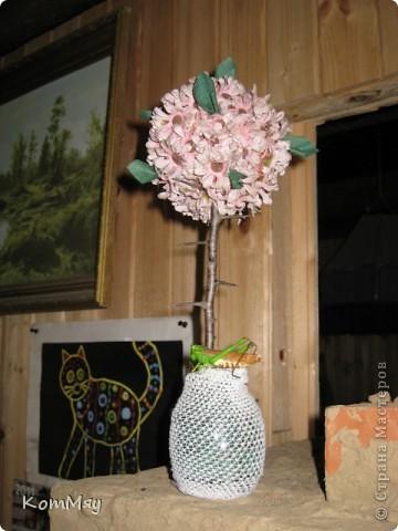 Вот оно - моё первое Розовое деревце. А слепила я его из того, что было на даче. А было на даче вот что: старый букет английских искусственных цветов (хотела уже выбросить!), веточки сливы, баночка из-под мёда, ленточки со старой соломенной шляпы, и даже в дело пошёл трубчатый эластичный бинт. Так что первое дерево выполнено в стиле экспресс-вариант. Ну, очень хотелось его сделать...  фото 2
