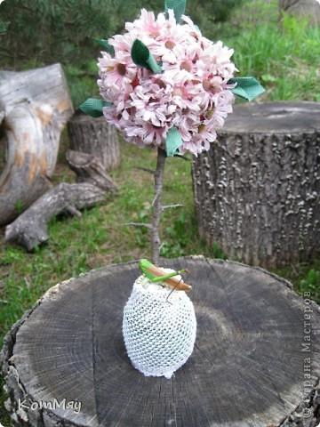 Вот оно - моё первое Розовое деревце. А слепила я его из того, что было на даче. А было на даче вот что: старый букет английских искусственных цветов (хотела уже выбросить!), веточки сливы, баночка из-под мёда, ленточки со старой соломенной шляпы, и даже в дело пошёл трубчатый эластичный бинт. Так что первое дерево выполнено в стиле экспресс-вариант. Ну, очень хотелось его сделать...  фото 3