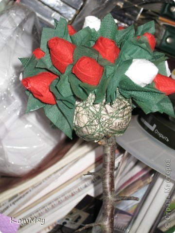 Вот оно - моё первое Розовое деревце. А слепила я его из того, что было на даче. А было на даче вот что: старый букет английских искусственных цветов (хотела уже выбросить!), веточки сливы, баночка из-под мёда, ленточки со старой соломенной шляпы, и даже в дело пошёл трубчатый эластичный бинт. Так что первое дерево выполнено в стиле экспресс-вариант. Ну, очень хотелось его сделать...  фото 5