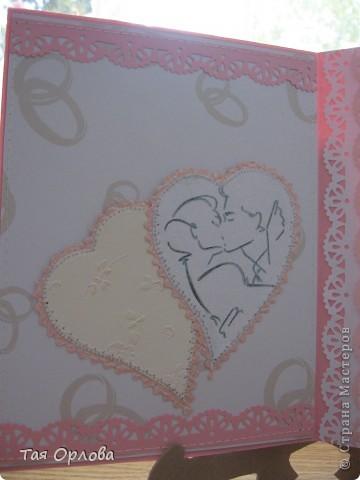 """Это мой дебют в изготовлении открытки к свадьбе.Друзья моей дочки решили связать свои судьбы.Дочка попросила сделать для них открытку.Ребята очень замечательные и хотелось сделать им приятное.Времени до свадьбы еще много и придумывать открытку начала давно,но долго мучилась.Специально для этого была куплена красивая бумага,но как-то все не собиралось в одно целое.Но вот вчера пришла с работы и оказалось ,что на водоканале авария и нам отключили воду.Вынужденное безделие сподвигло на """"подвиги"""".В итоге вот что получилось. фото 5"""